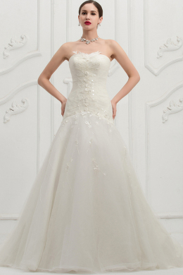 Sheath/Column Strapless Chapel Train Tulle Wedding Dress with Appliques