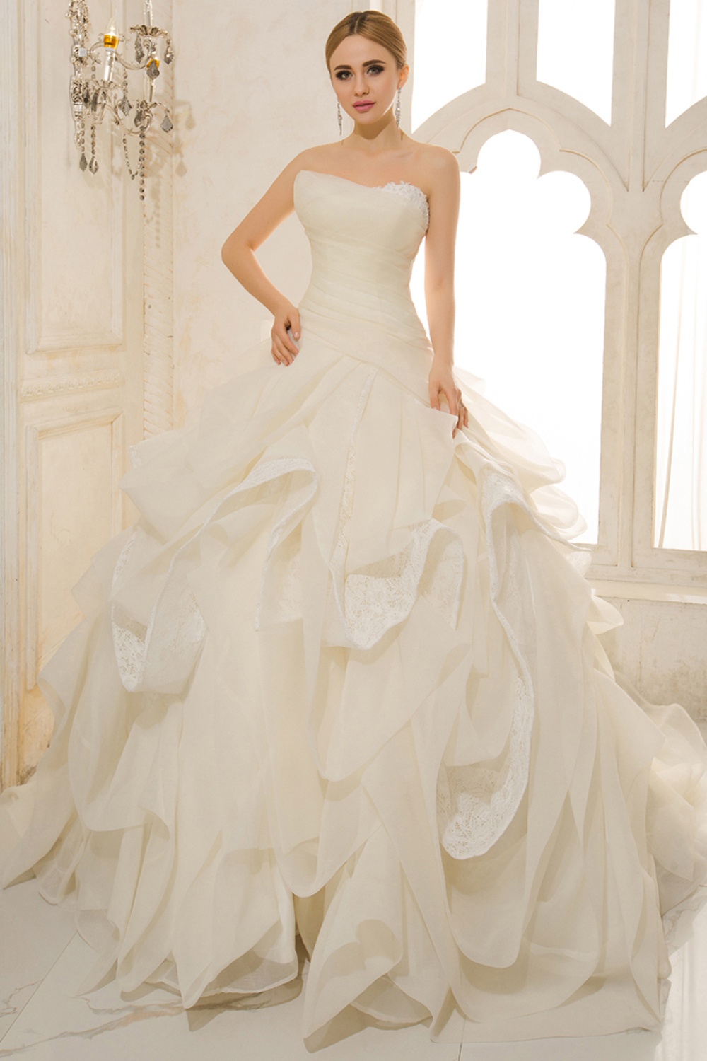 A-Line/Sheath Strapless Court Train Tulle Wedding Dresses With Pleats